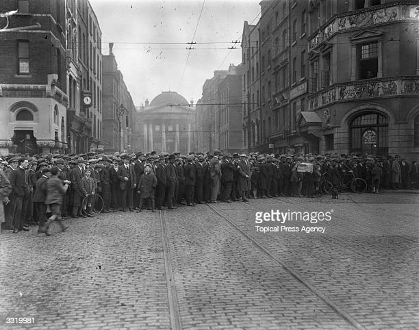 Crowds gather outside the Irish Law Courts in Dublin where the antitreaty section of the IRA have established their headquarters during the Irish...