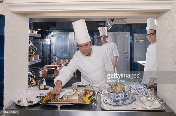 June 1976 the great chefs of French cuisine Alain CHAPEL in its restaurant 'La Mere Charles' has Mionnay in Ain In the kitchen Alain CHAPEL presents...