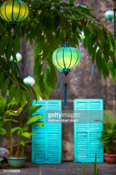 june 2017 hoi an, vietnam - chinese lanterns illuminate the walkways throughout old town hoi an. - cultura vietnamita foto e immagini stock