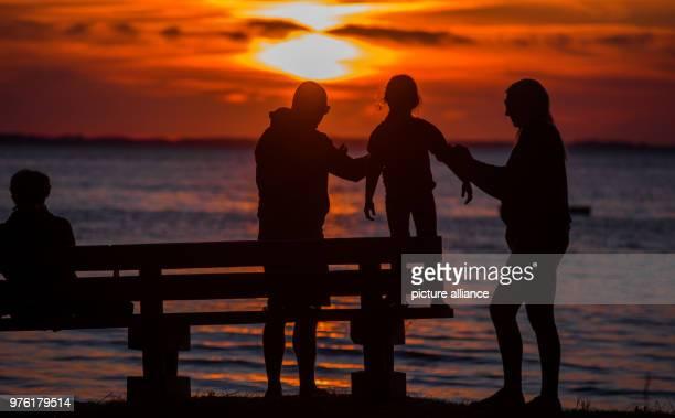 June 2018, Boek, Germany: Travelers watching the sun set at the Muertiz. Photo: Jens Büttner/dpa-Zentralbild/dpa