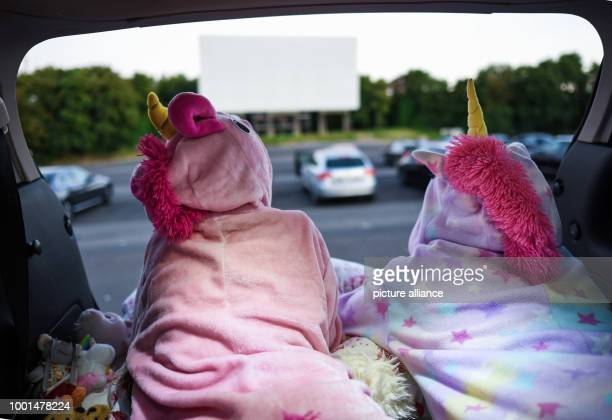 Jamie and girlfriend Glenda prepare in the trunk of their father's van for a movie night in the drivein cinema in ColognePorz Photo Henning Kaiser/dpa