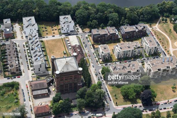 The aerial view shows residential areas next to the Weser Photo Carmen Jaspersen/dpa