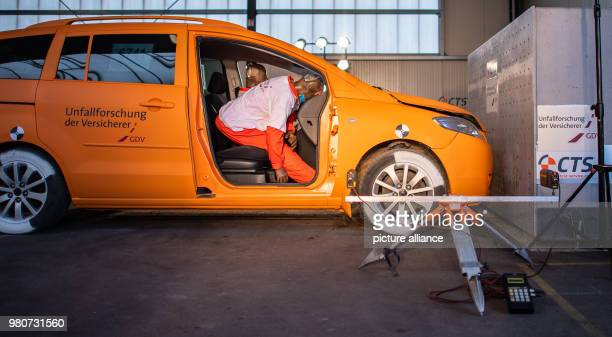 A nonbuckled dummy hits the dashboard of a car with a simulated crash test of 20 km / h The insurance industry presents a research project on belt...