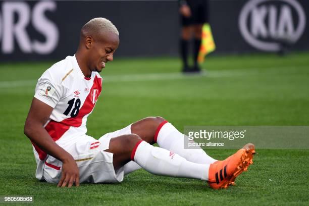 Soccer World Cup 2018 France vs Peru Preliminary round group C Second game day at the Yekaterinburg arena Nabil Fekir aus Frankreich führt den Ball...