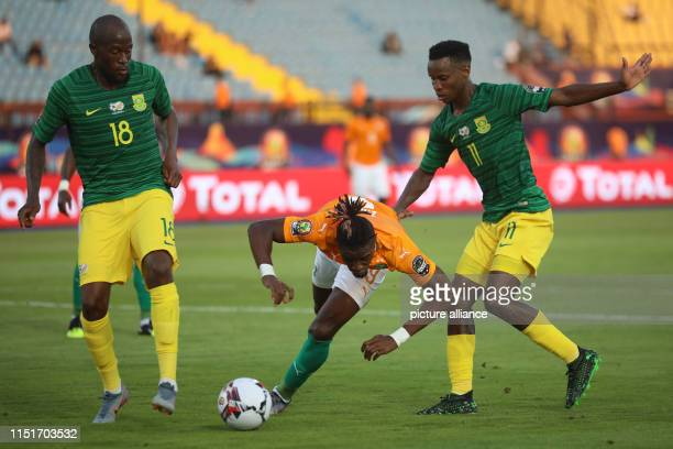 Ivory coast's Wilfried Zaha battles for the ball with South Africa's Themba Zwane and Sifiso Hlanti during the 2019 Africa Cup of Nations Group D...