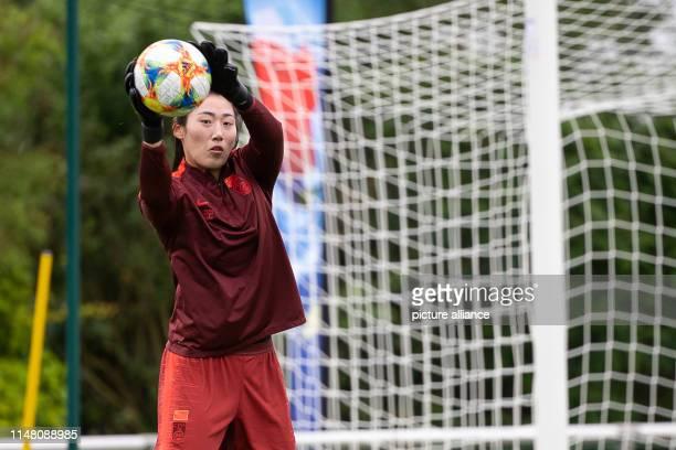 Shimeng Peng fängt während einer Trainingseinheit der chinesischen FußballNationalmannschaft der Frauen einen Ball Deutschland und China treffen am 8...