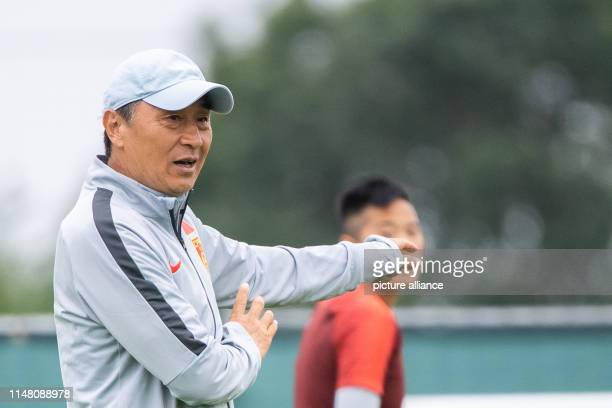Xiuquan Jia Trainer der chinesischen FrauenNationalmannschaft gestikuliert während einer Trainingseinheit der chinesischen FußballNationalmannschaft...