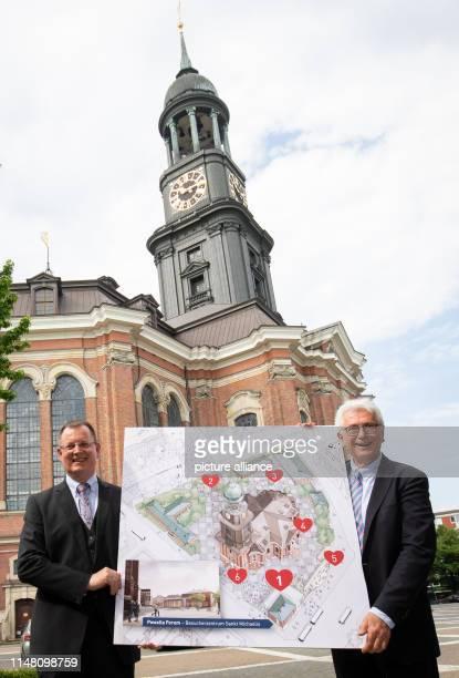 Alexander Röder Hauptpastor der Kirche St Michaelis und Thorsten Schulze Hauptgeschäftsführer stehen nach einer Pressekonferenz mit einem Plan zur...