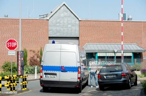 Der Gefangenentransporter mit dem wegen vielfachen Mordes angeklagten Niels Högel fährt vor der Justizvollzugsanstalt im Stadtteil Kreyenbrück vor...