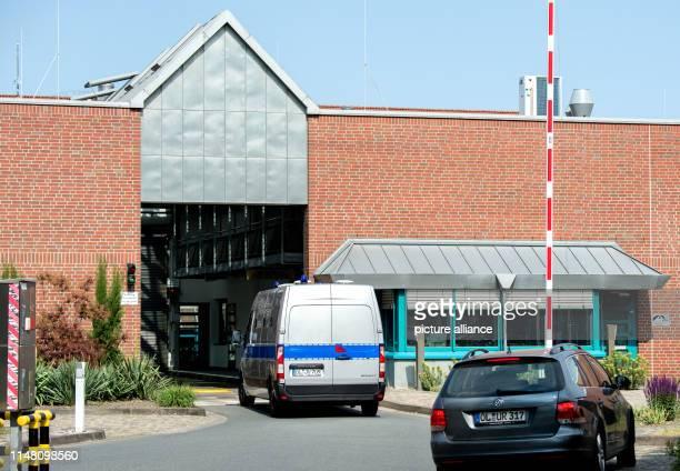 Der Gefangenentransporter mit dem wegen vielfachen Mordes angeklagten Niels Högel fährt in die Justizvollzugsanstalt im Stadtteil Kreyenbrück ein Die...