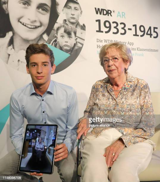 05 June 2019 North RhineWestphalia Cologne Jacqueline van Maarsen Schulfreundin von Anne Frank sitzt neben ihrem Enkel Job Sanders im Studio des WDR...