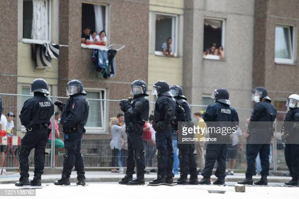 June 2020, Lower Saxony, Göttingen: Policemen are standing in front of a quarantined apartment building in downtown Göttingen. Earlier, a...