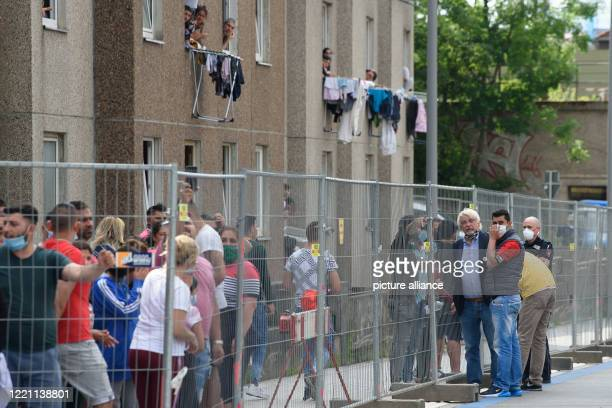 June 2020, Lower Saxony, Göttingen: Rolf-Georg Köhler , Lord Mayor of Göttingen, talks to residents of the quarantined residential building in...