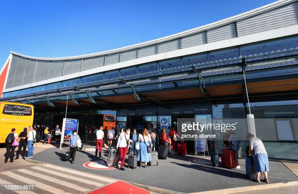June 2021, Bavaria, Memmingen: Passengers stand in front of the terminal of the Allgäu Airport . Photo: Karl-Josef Hildenbrand/dpa