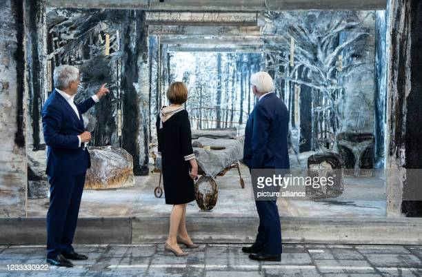 Federal President Frank-Walter Steinmeier and his wife Elke Büdenbender listen to the explanations of Walter Smerling , spokesman of the Board of...