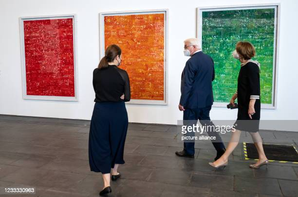 """Federal President Frank-Walter Steinmeier and his wife Elke Büdenbender chat with Spanish artist Cristina Lucas at the opening of the """"Diversity..."""