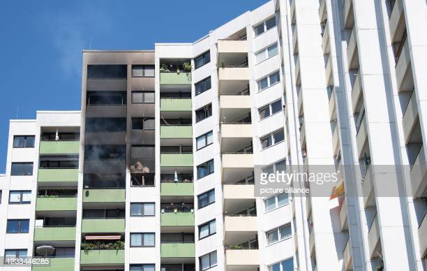June 2021, Rhineland-Palatinate, Mainz: The facade above an extinguished fire in an apartment on the 14th floor of a high-rise building is covered...