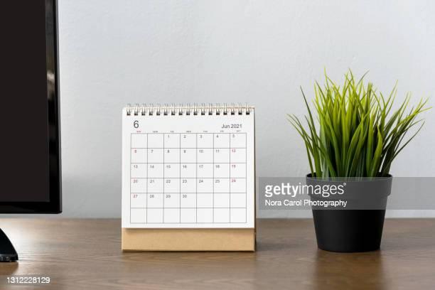 2021 june desk calendar - juin photos et images de collection
