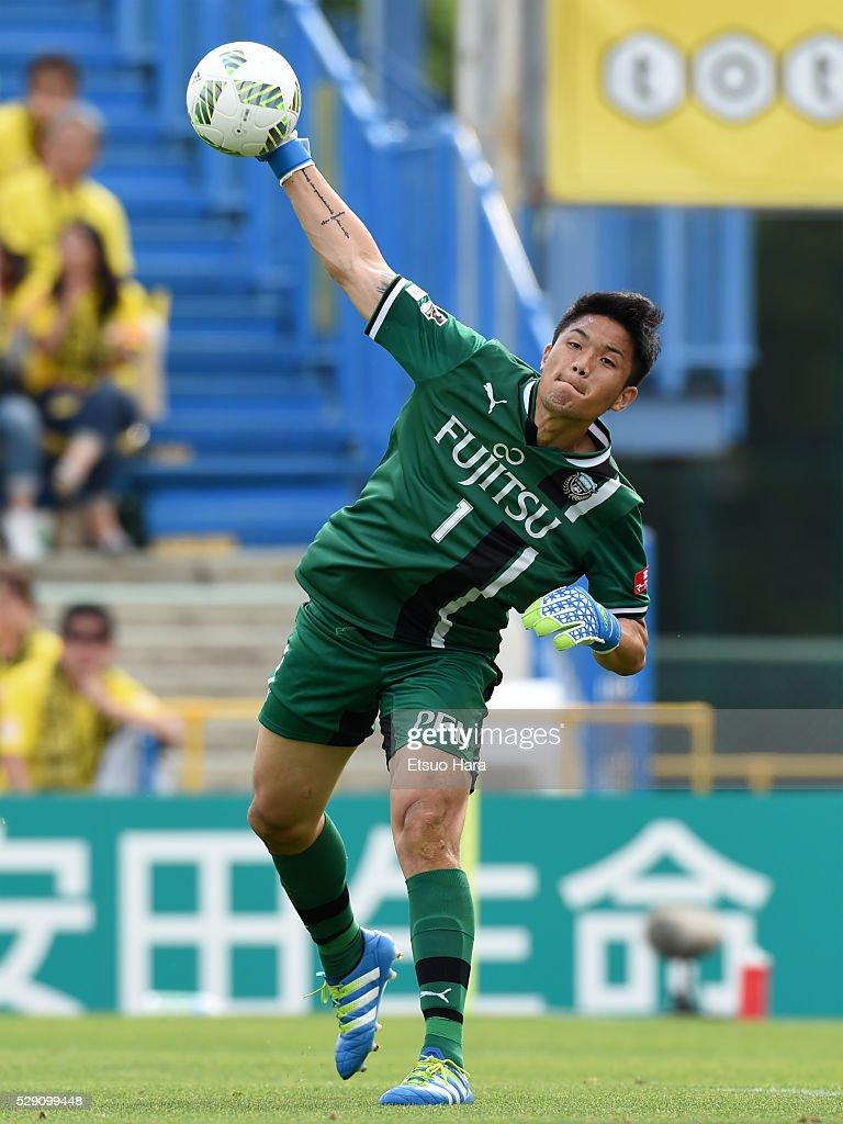 Jung Sung Ryong of Kawasaki Frontale in action during the J.League match between Kashiwa Reysol and Kawasaki Frontale on May 08, 2016 in Kashiwa, Chiba,Japan.