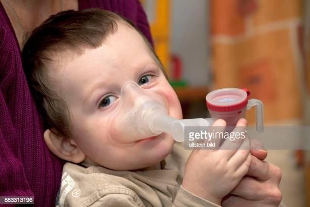 Junge bei der Inhalation mit einem Pari Boy gegen Bronchienund Lungenerkrankung
