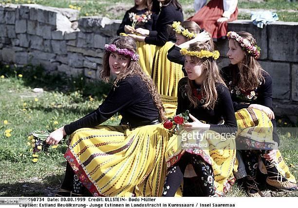 Junge Estinnen in Landestracht in Kuressaare / Insel Saaremaa 1999