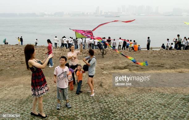 Junge Familien mit Kindern und Jugendliche verbringen ihre Freizeit am Ufer des Yangzi in Wuhan der Hauptstadt der Provinz Hubei Rund 5200000...