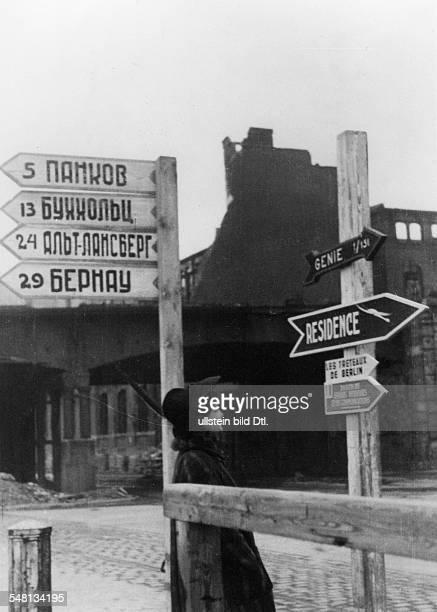 junge Frau blickt auf Strassenschilder der Alliierten Streitkräfte in Berlin Mitte Die Schilder in kyrillischer Schrift bezeichnen von onu Pankow...