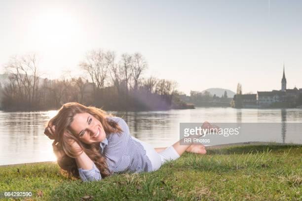 junge frau genießt den sonnigen tag in stein am rhein (ch) - ganzkörperansicht stock pictures, royalty-free photos & images