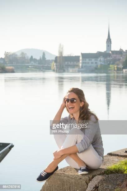 Junge Frau genießt den sonnigen Tag in Stein am Rhein (CH)