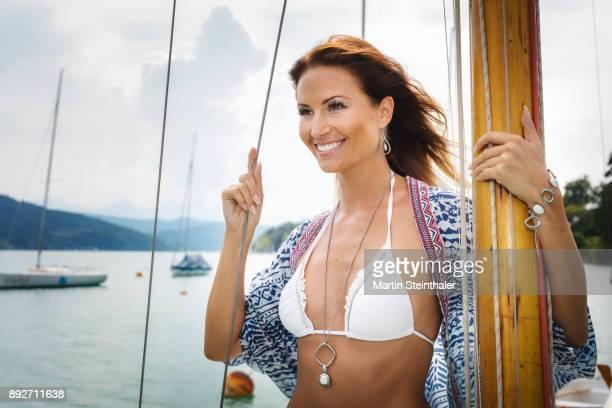 junge frau im bikini auf segelboot - frau photos et images de collection