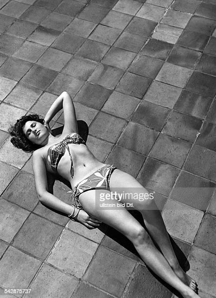 Junge Frau im Bikini sonnt sich auf den Bodenfliesen im Strandbad Wannsee Berlin1956Foto HA Rentsch