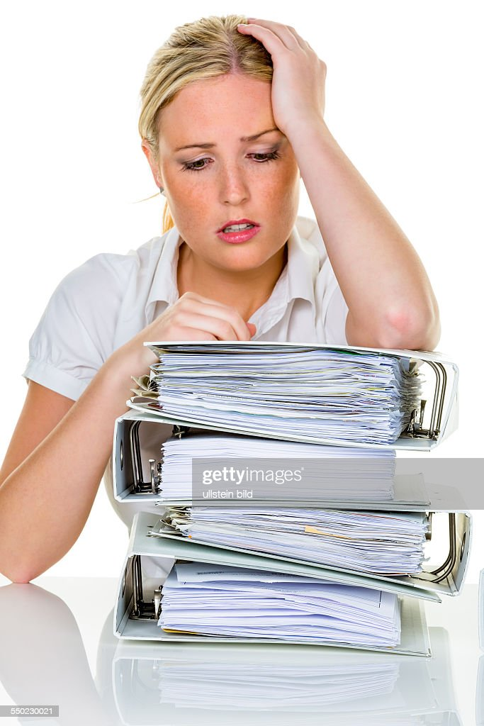 Junge Frau im Büro ist mit der Arbeit überfordert. Burnout