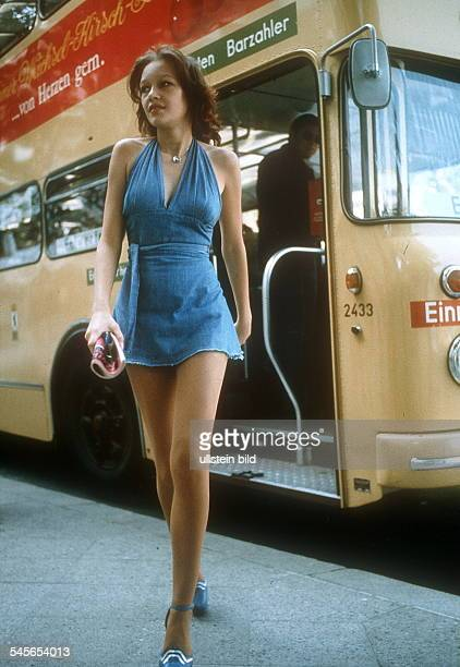 Junge Frau in ärmellosem Minikleid Berlin West 70er Jahre