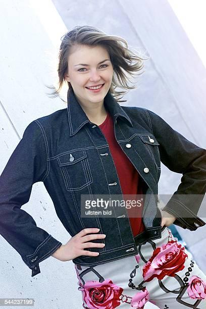 Junge Frau in weisser Hose bedruckt mit Blumenmuster und Jeansjacke 2003