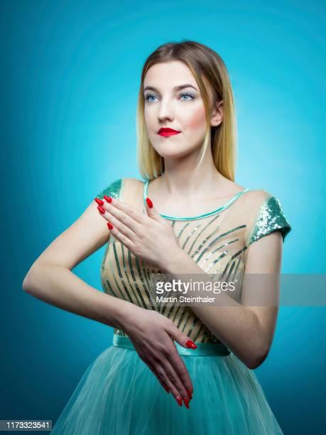 junge frau - mit türkisen kleid und roten lippen - kleid stock pictures, royalty-free photos & images