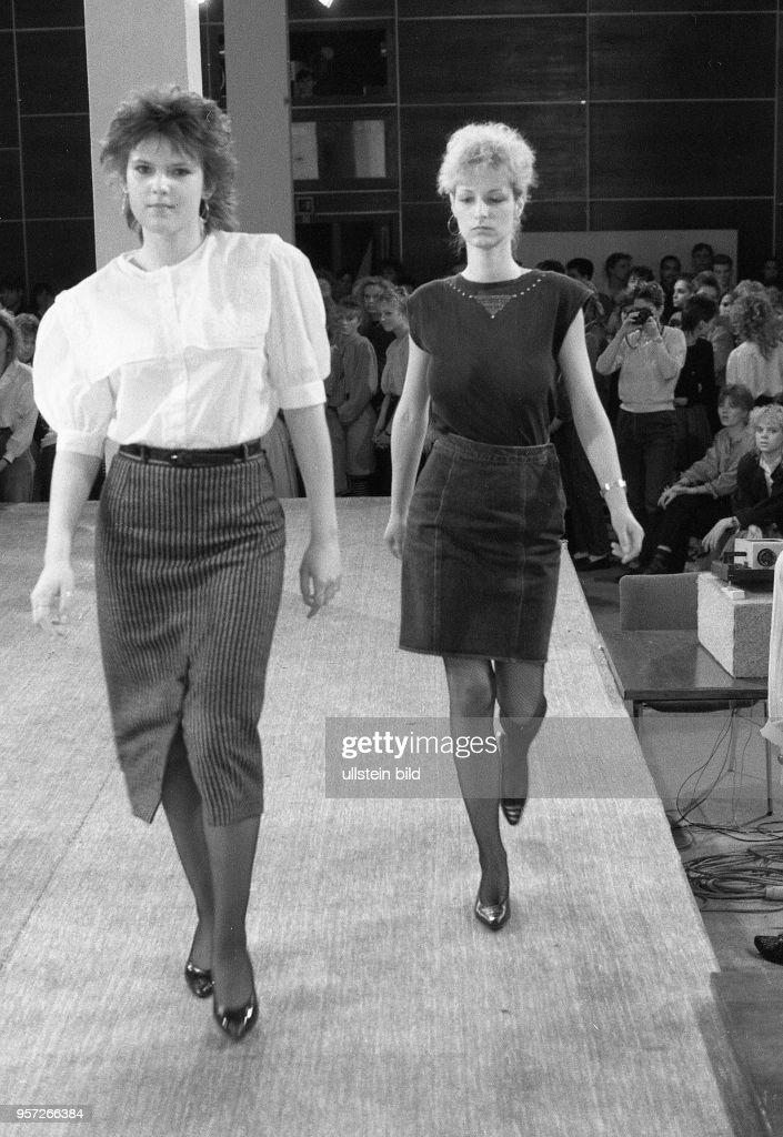 528b19f872e9bd 1988   DDR   Junge Frauen laufen bei einem Mannequin - Wettbewerb in ...