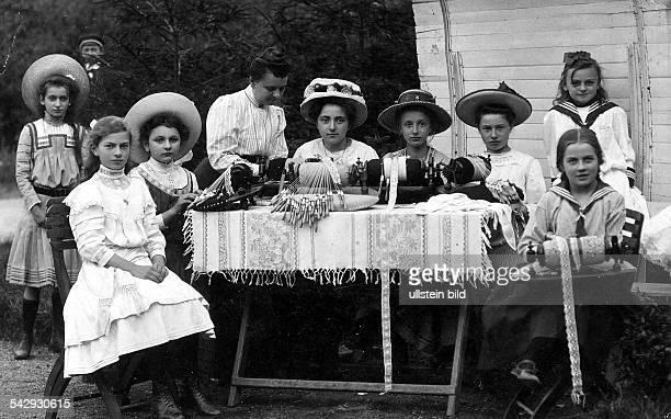 junge Frauen und Mädchen Klöppeln in Bad Kösen 1909Postkarte