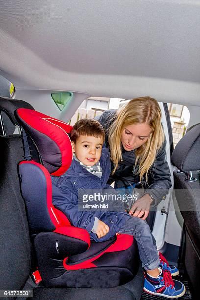 Junge im Kindersitz Symbol für Schutz Fürsorge Fahrzeugsicherheit