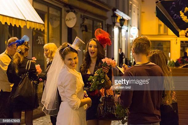 junge Leute feiern Junggesellinnenabschied in der Altstadt von Riga