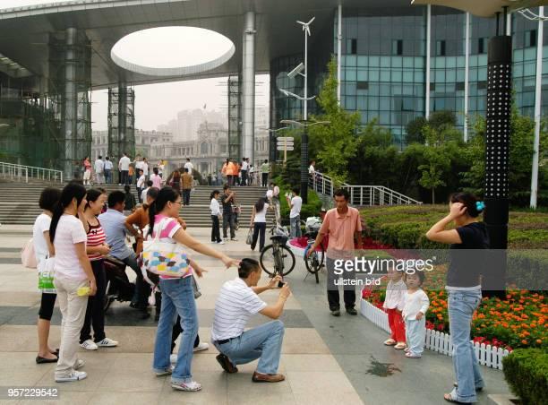 Junge Leute fotografieren am Eingang zu einer neuen Uferpromenade in Wuhan der Hauptstadt der Provinz Hubei Rund 5200000 Menschen leben in Wuhan am...