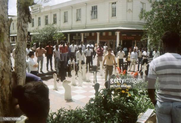Junge Männer beim Freiluftschach in der Fußgängerzone von Harare aufgenommen am Besonders an den Samstagen ist die Innenstadt ein beliebter...