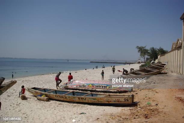 Junge Männer spielen am am Strand der senegalesischen Hauptstadt Dakar Fußball Von hier machen sich mehrmals pro Monat Boote mit hunderten von...