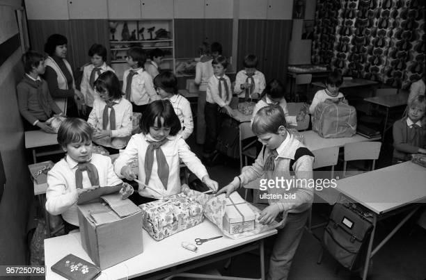 Junge Pioniere packen in ihrem Klassenraum in der 11 POS Aleksander Zawadzki um den Weihnachtspäckchen für polnische Kinder In Polen hatten kurz...