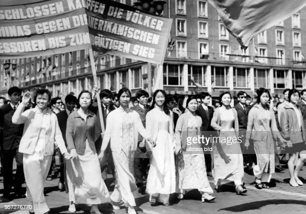 Junge Vietnamesen die zur Zeit des USAKrieges in Vietnam in Dresden zur Ausbildung weilen beteiligen sich an der Demonstration zum 1 Mai 1971 auf der...