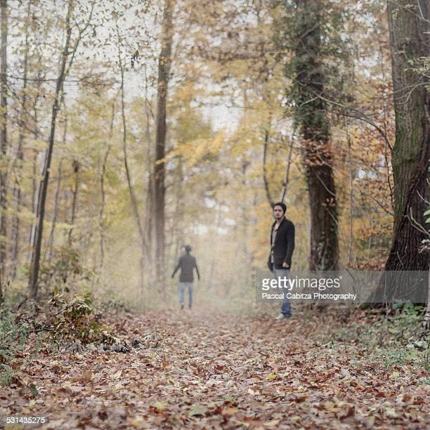 Junger Mann steht im Wald
