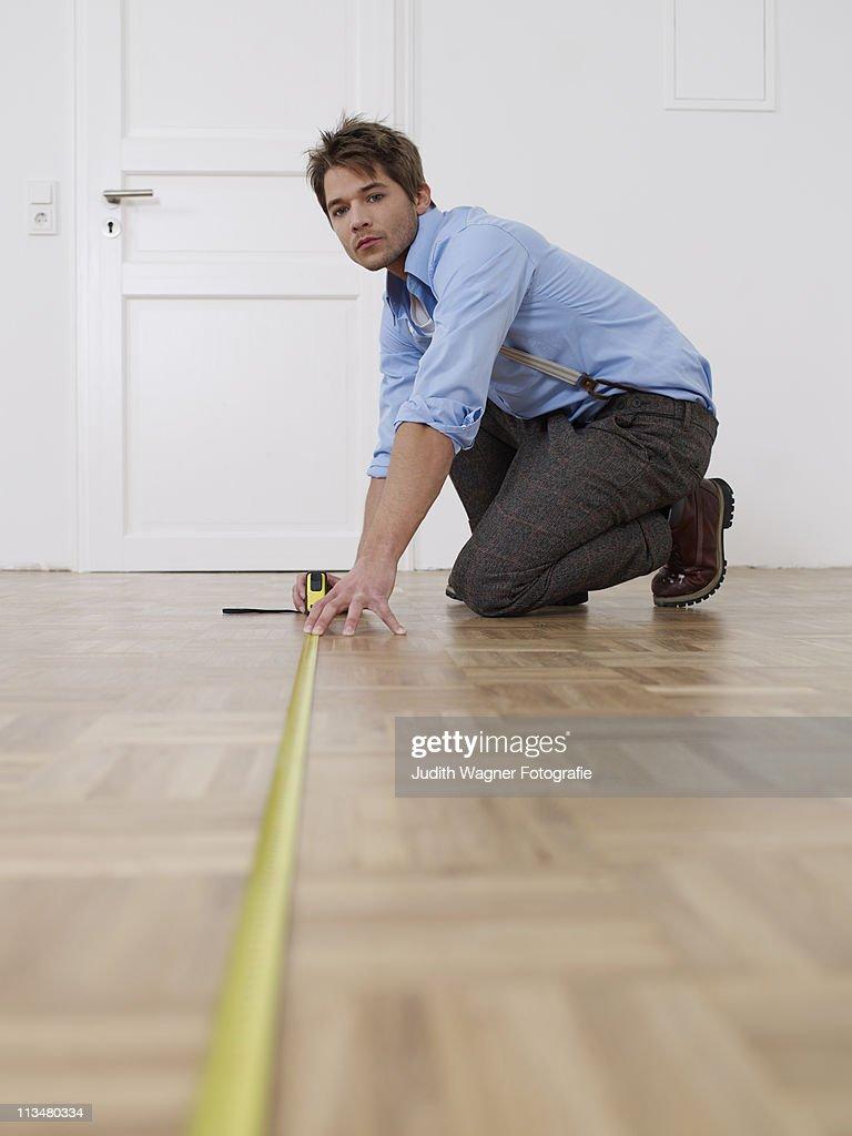 Junger Mann Wohnung Ausmessen Stock Photo Getty Images