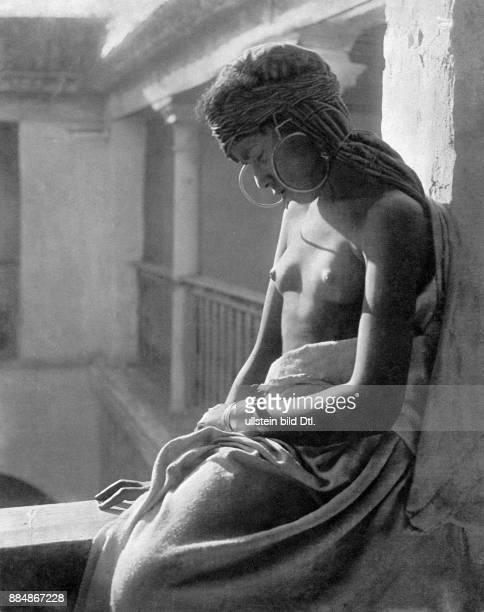 Junges Mädchen aus Nordafrika mit entblösster Brust 1931 Lehnert Landrock Originalaufnahme im Archiv von ullstein bild