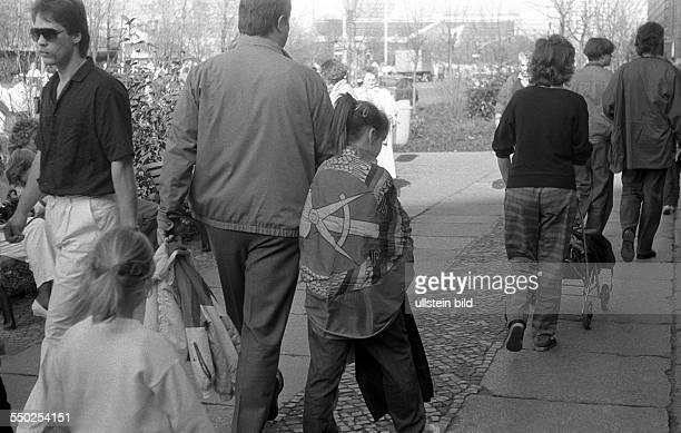 Junges Mädchen hat sich eine DDRFlagge umgehägt am Tag der ersten freien Wahl zur Volkskammer in der DDR Berlin Alexanderplatz