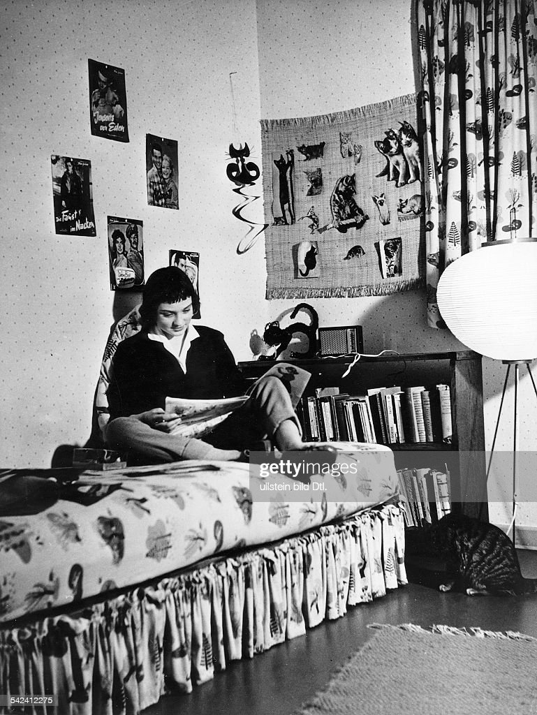 Junges Mädchen In Ihrem Zimmer 1958