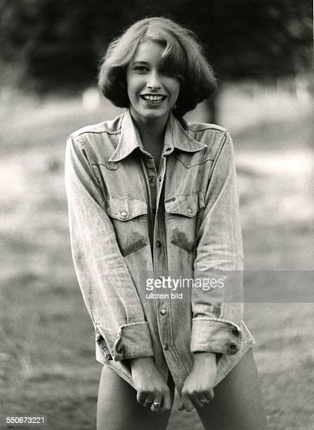junges Mädchen in Jeansjacke selbstbewusst um 1975 schwarzweiss 199001